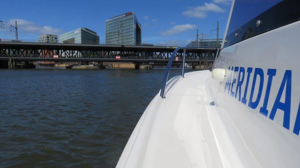 Mit dem Motorboot durch den Hamburger Hafen
