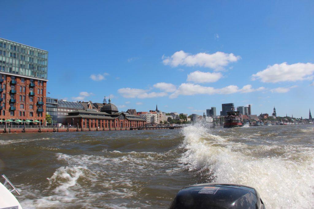 Motorboot fahren vor dem Fischmarkt in Hamburg