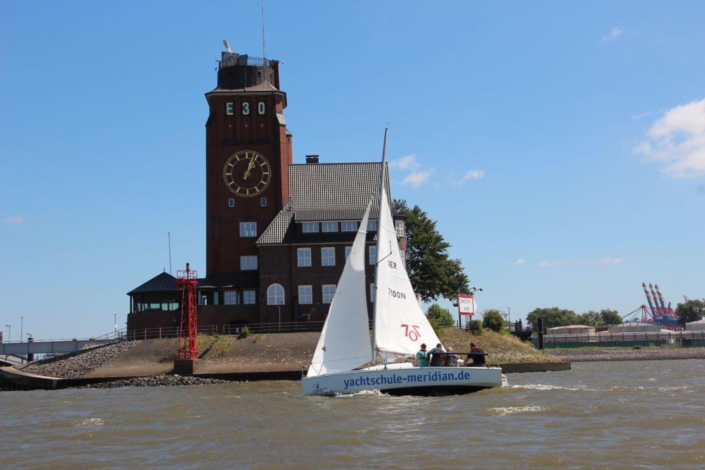 segeln auf der Elbe vor der Lotsenstation