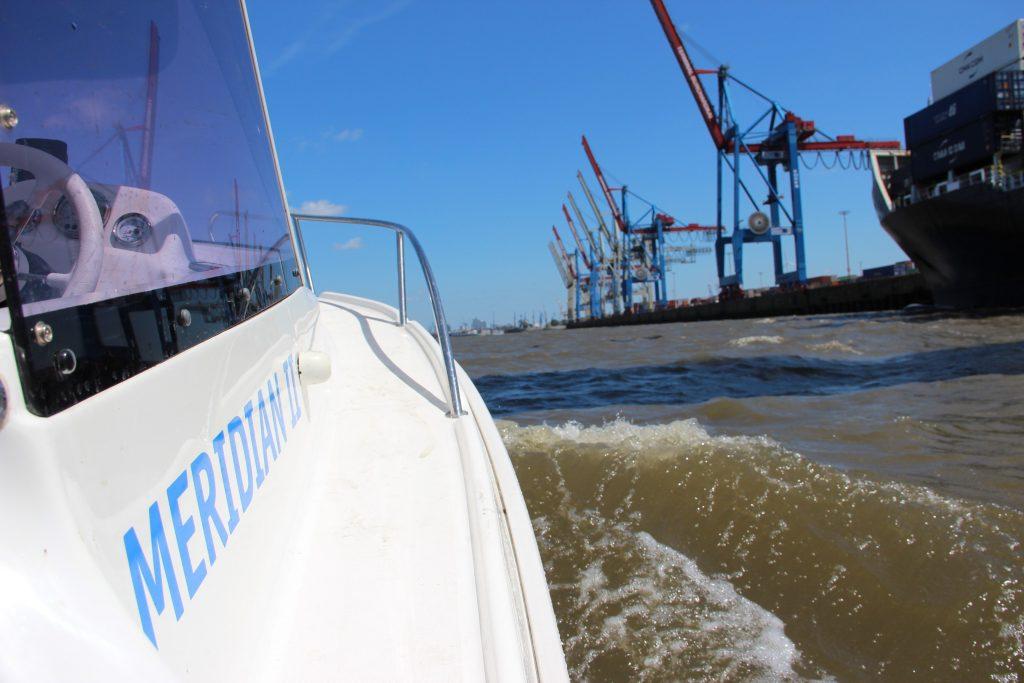 Motorboot fahren im Hamburger Hafen