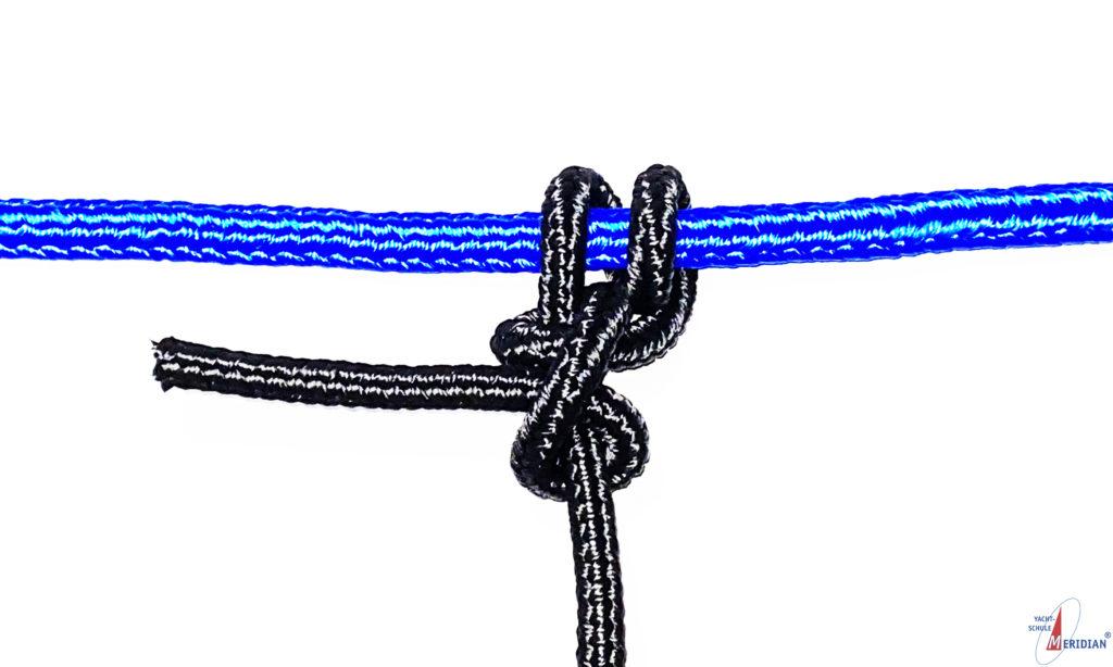 Der Rundtörn mit 2 halben Schlägen dient zum Festmachen an Ring oder Stange.