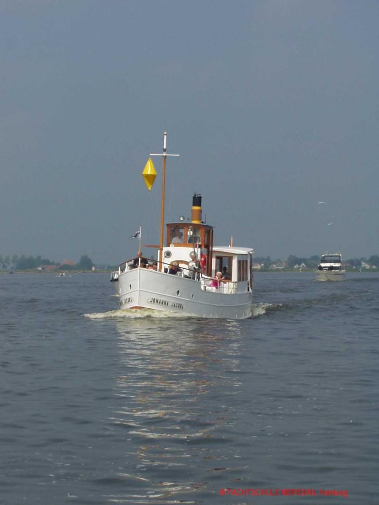 Schiff mit gelbem Doppelkegel.