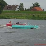 zwei schwimmende Autos, Amphibienfahrzeuge