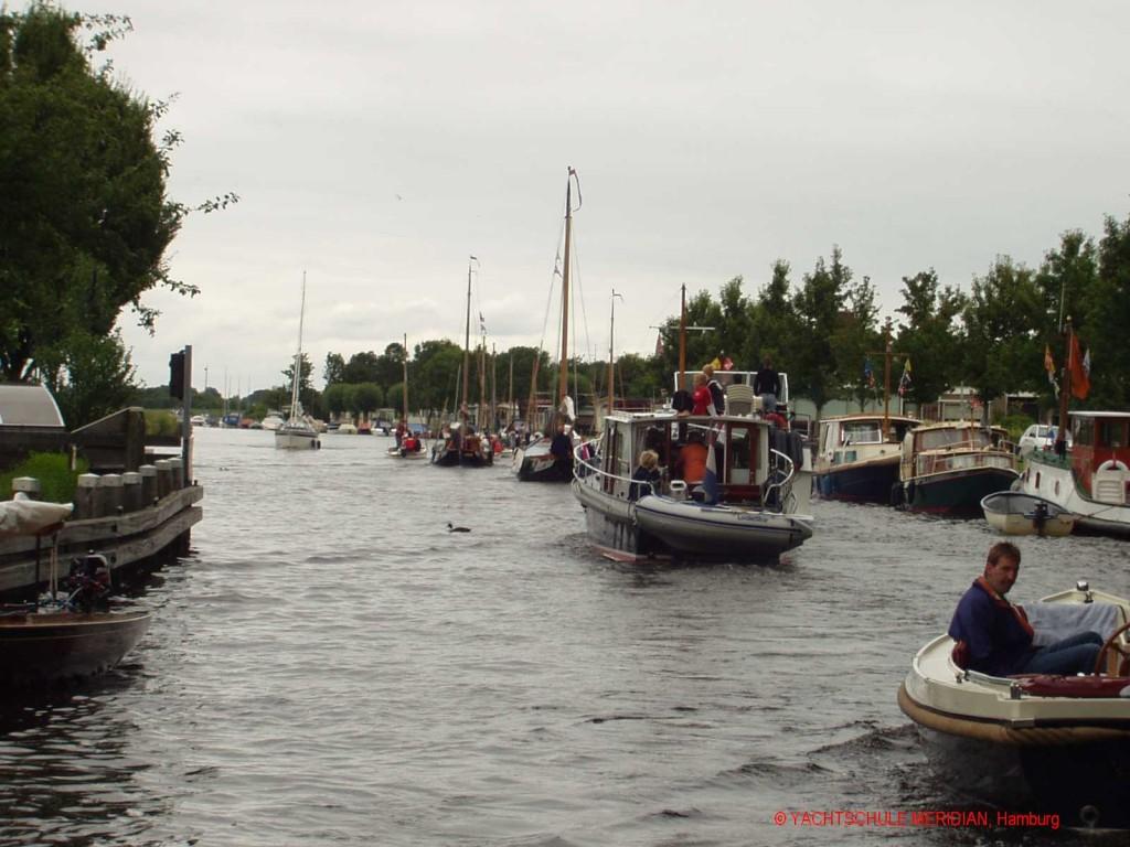 Binnenwasserstraße, hier ein Kanal mit viel Schiffsverkehr