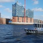 Motorbootfahrt vor der Elbphilharmonie im Hamburger Hafen.