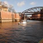 Motorboot fahren durch die Hamburger Speicherstadt.