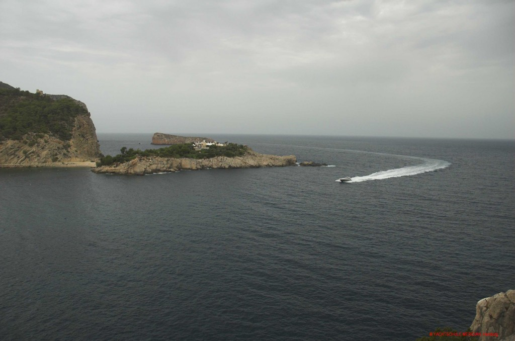 Motorboot läuft in voller Gleitfahrt in eine Bucht ein.