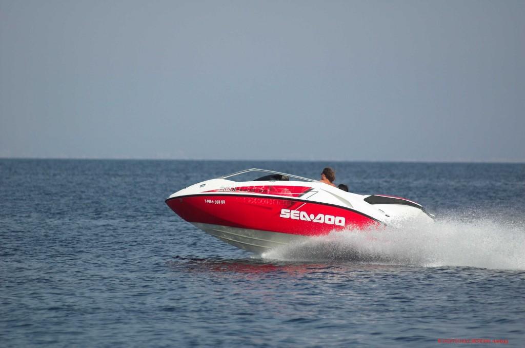 Jetboat in schneller Gleitfahrt