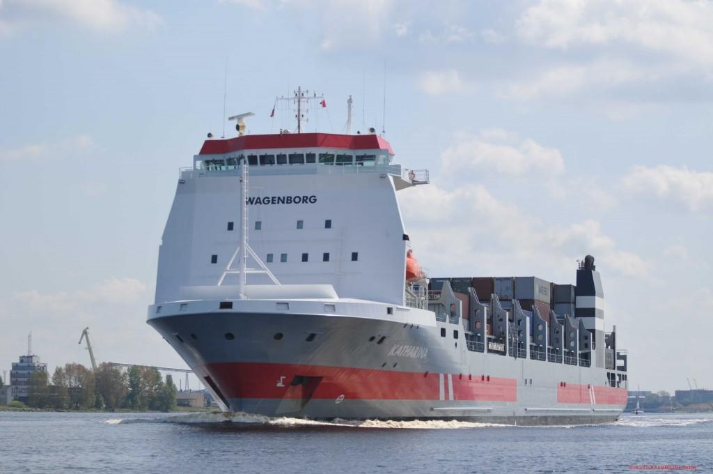 Ein Berufsschiff im Fahrwasser
