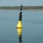 Das System der Kardinaltonnen lernt man beim Sportbootführerschein See