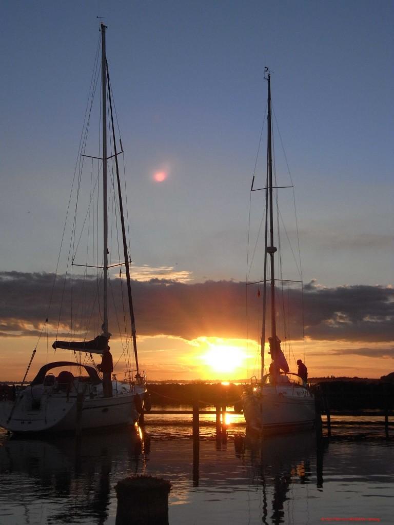 Yachten im Sonnenuntergang im Hafen.