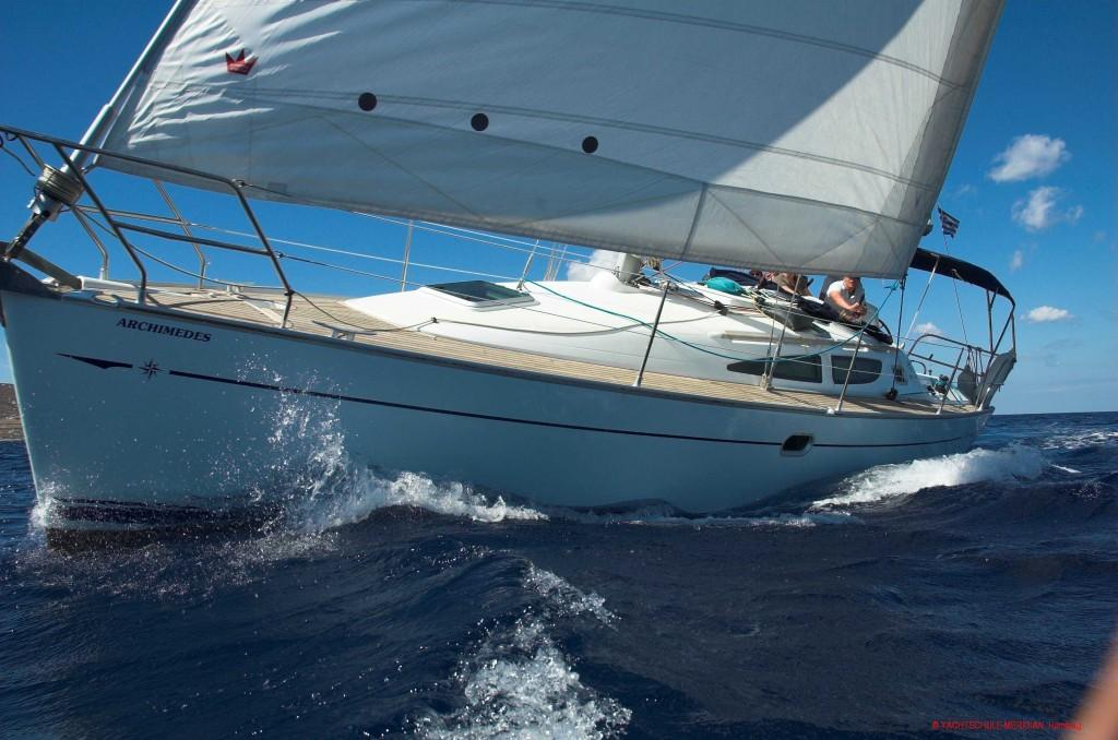 Segelyacht am Wind mit Krängung (Schräglage) auf dem Mittelmeer
