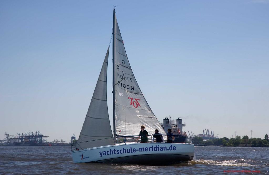 Die segelyacht MERIDIAN hoch am Wind beim Manövertraining auf der Elbe