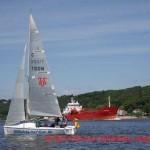 Die Segelyacht MERIDIAN auf der Elbe begegnet einem Frachtschiff