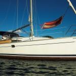 Segelyacht vor Anker mit Hängematte auf dem Vorschiff