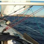 Segelyacht steuert eine Küste an